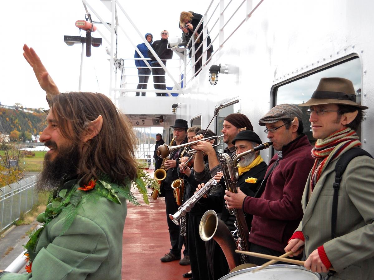 Fred dirige les Improvisateux version fanfare sur le traversier de Québec-Lévis au Festival international du conte «Jos Violon» de Lévis. 2010