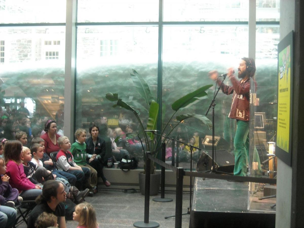 Dans le cadre de l'exposition RIFF du Musée de la civilisation de Québec, FrédéRIFF LeBrasseur de sons, dirige la foule (enregistrée par Andrée Bilodeau). 2011