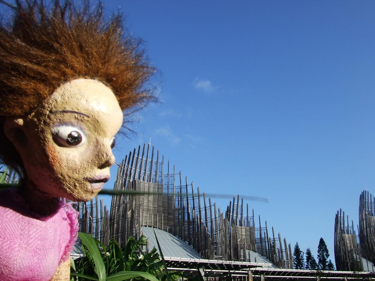 Cicerenella en Nouvelle-Calédonie, avant d'entrer travailler au centre culturel Tjibaou