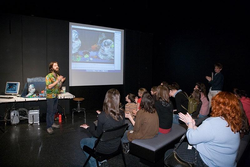 Fred dirige un atelier de vidéo d'animation destiné aux enfants, donné au Musée de la civilisation de Québec avec Mélanie Allard. 2007