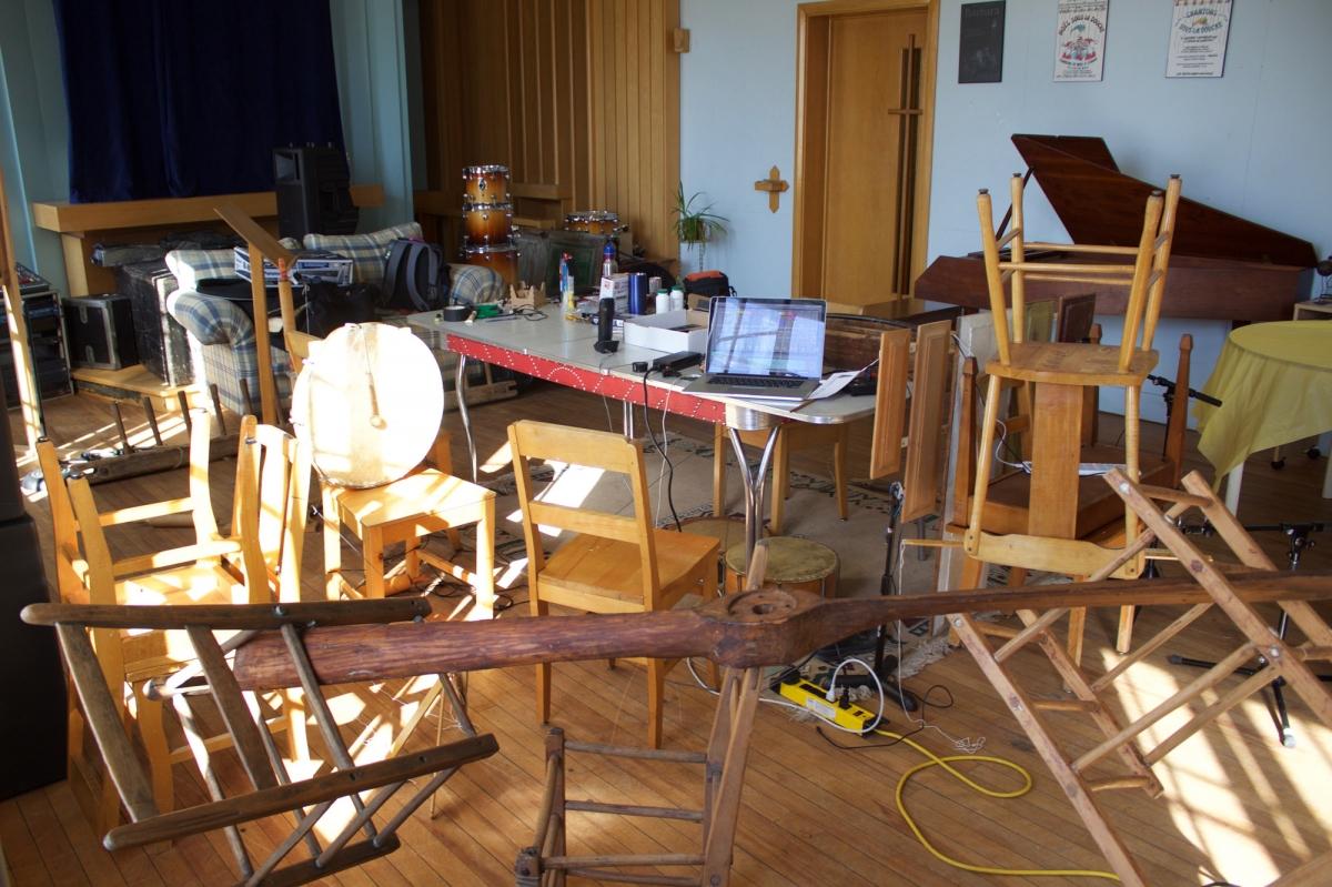 Plus ça va, plus il songe à agencer les objets de bois en équilibre précaire… C'est plus chouette!