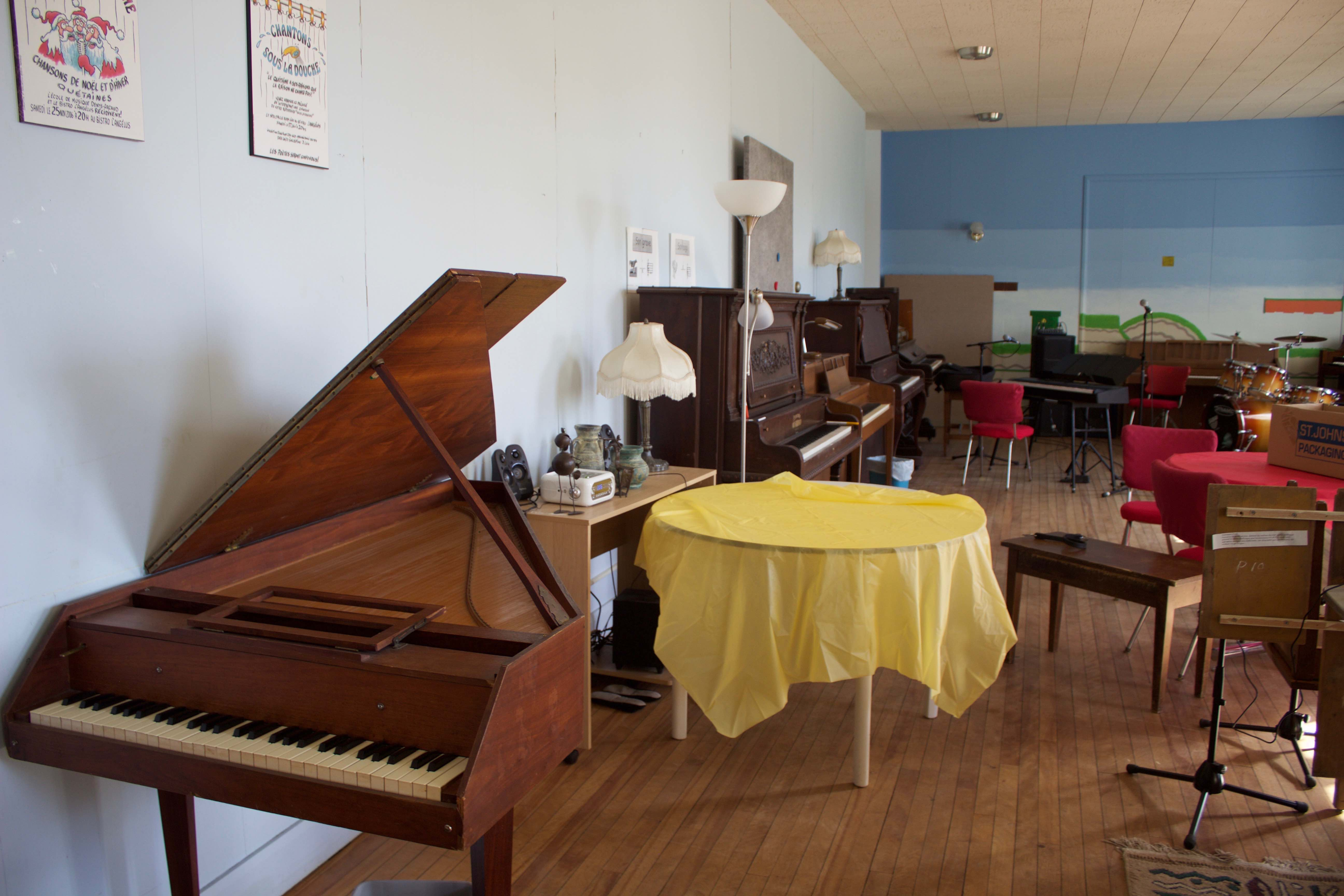 Voici un studio inspirant où Fred empile les possibilités: l'École de musique Denys-Arcand à Deschambault-Grondines. Le mur de claviers l'inspire déjà!