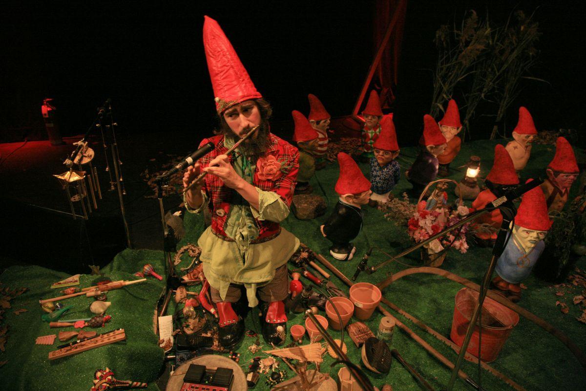 Fred soliste en électroacoustique lors du bal masqué DSM-V+Dévidoir de Syndromes, présenté par Folie Culture. 2006 - Crédit  photo Ivan Binet.