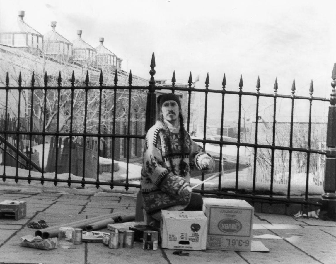 Fred, dans les années 90 sur la rue Saint-Jean, rend hommage à Guy Nadon.