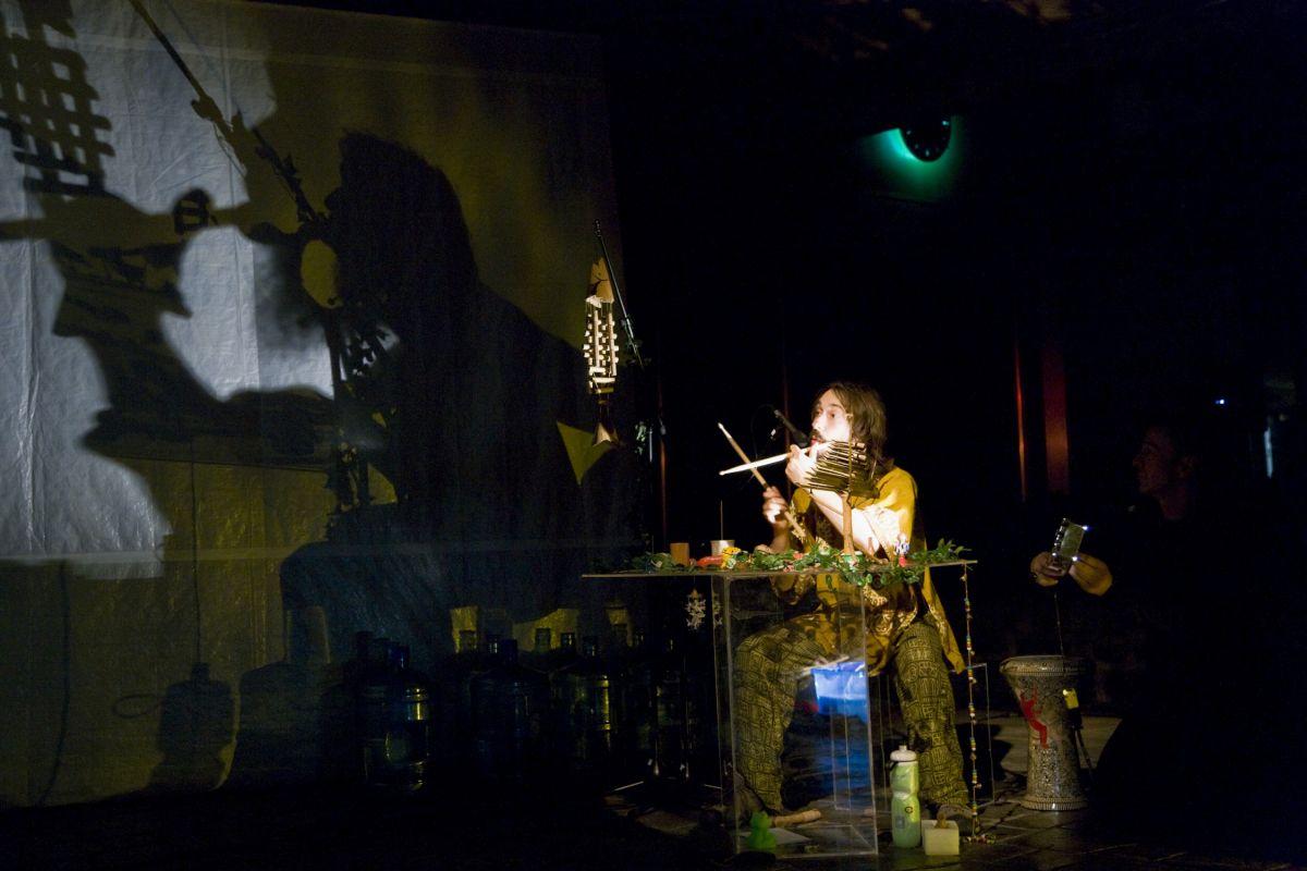 Fred live dans Musique d'eau et de ouaouarons, présenté au Musée de la Civilisation. Spectacle d'improvisations d'ombres et musique, mis en scène par lui même. 2008 - Crédit photo Idra Labrie