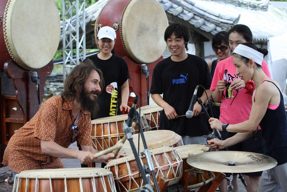 Fred « jamme » avec des musiciens en Corée du Sud lors de sa tournée avec le spectacle Cargo en 2007.